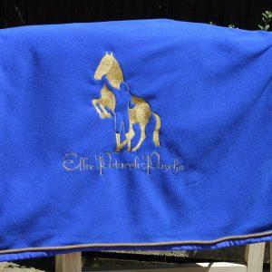 Abschwitzdecke royalblau mit goldener Kordel und goldener Bestickung